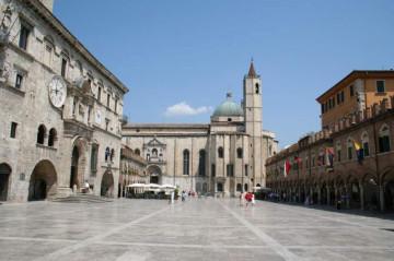 Piazza Ascoli Piceno, Tourismus Italien